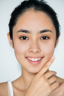 Retrato de menina asiática jovem isolado