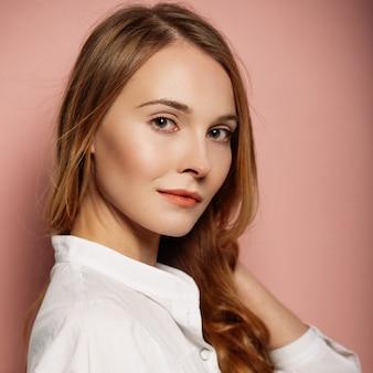 Retrato de menina atraente em uma camisa branca