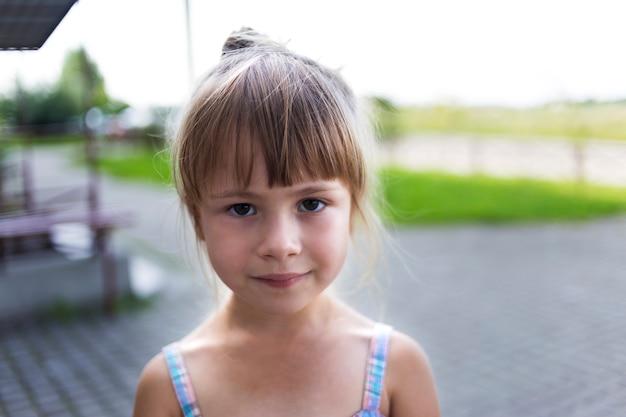Retrato de menina blondly pouco infeliz moody criança pouco amigo novo olhar triste