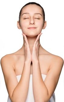 Retrato de menina bonita, acariciando seu rosto com pele saudável