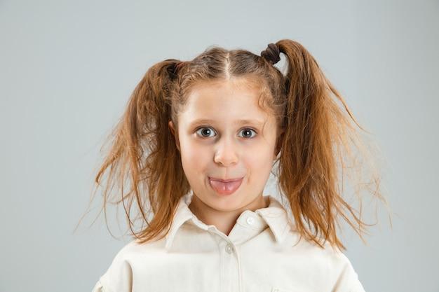 Retrato de menina bonita caucasiana isolado na parede branca com copyspace