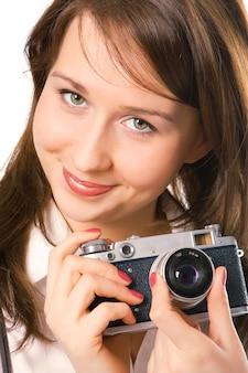 Retrato de menina bonita com câmera fotográfica sobre branco