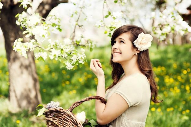 Retrato de menina bonita elegante ao ar livre