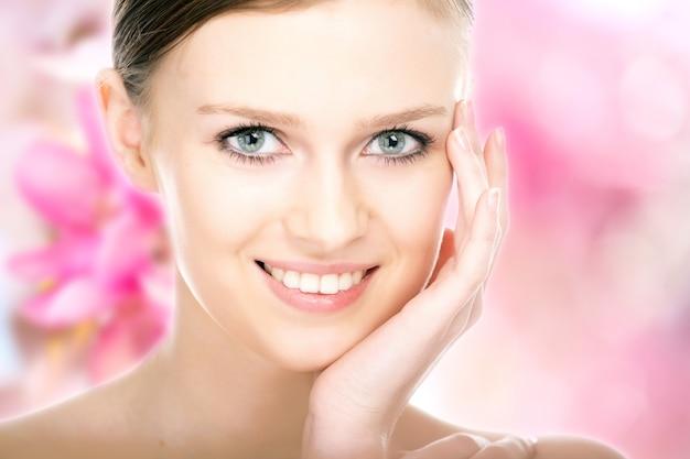 Retrato de menina bonita em close-up no fundo da flor