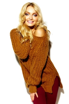 Retrato de menina bonita feliz sorridente mulher loira bonita em roupas de inverno quente casual hipster, em camisola marrom