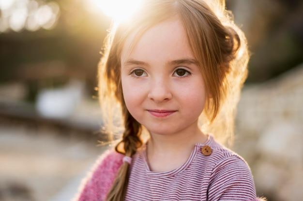 Retrato de menina bonita inocente