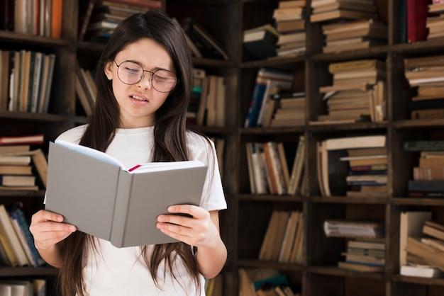Retrato de menina bonita, lendo um livro