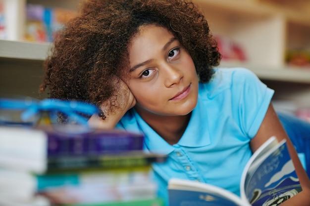 Retrato de menina bonita na biblioteca