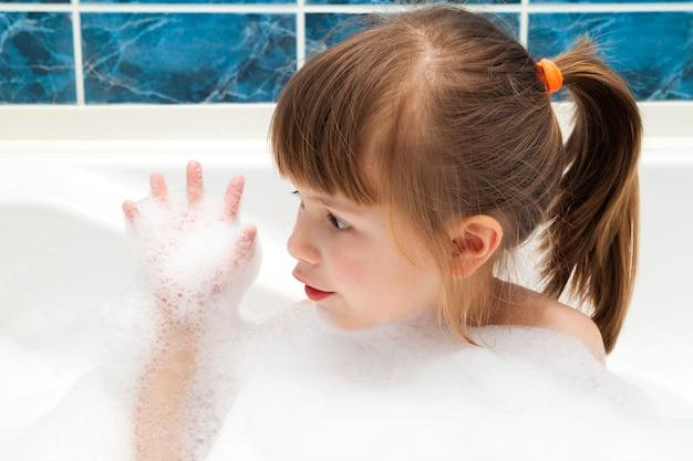 Retrato de menina bonita no banho. conceito de higiene.