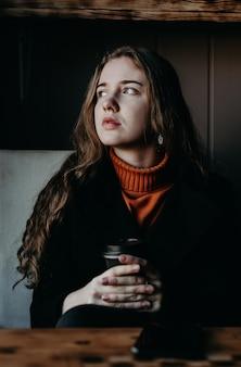 Retrato de menina bonita, photoshoot em um café