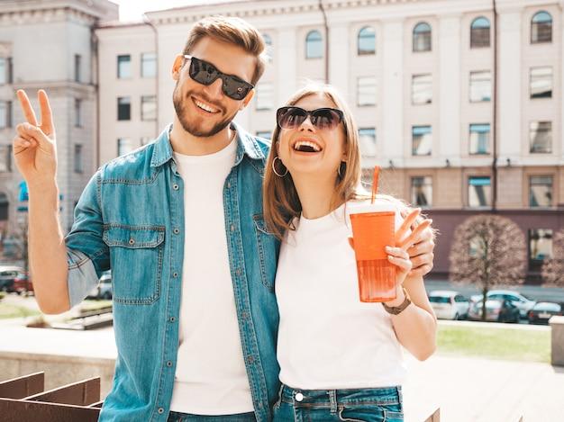 Retrato de menina bonita sorridente e seu namorado bonitão em roupas de verão casual. .