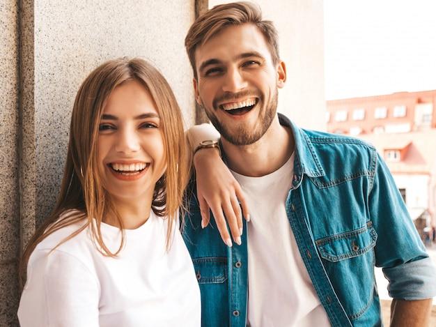 Retrato de menina bonita sorridente e seu namorado bonito. mulher em roupas de verão casual jeans.