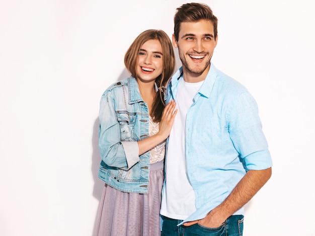 Retrato de menina bonita sorridente e seu namorado considerável rindo.