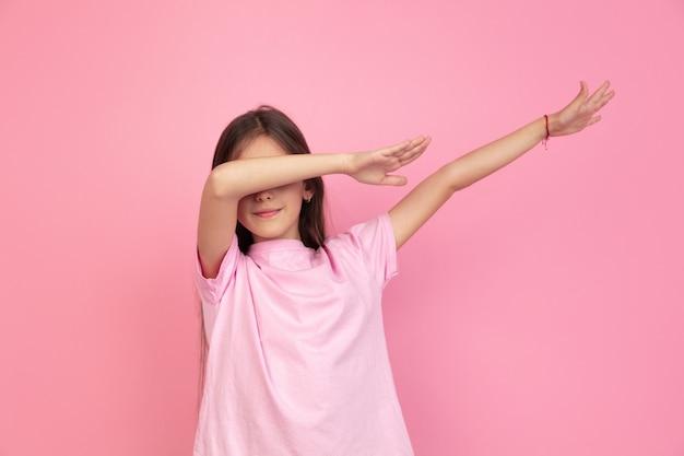 Retrato de menina caucasiana na parede rosa