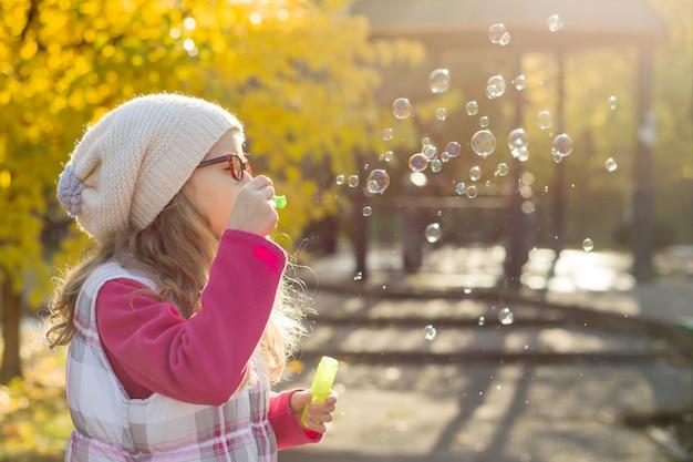Retrato de menina com bolhas de sabão