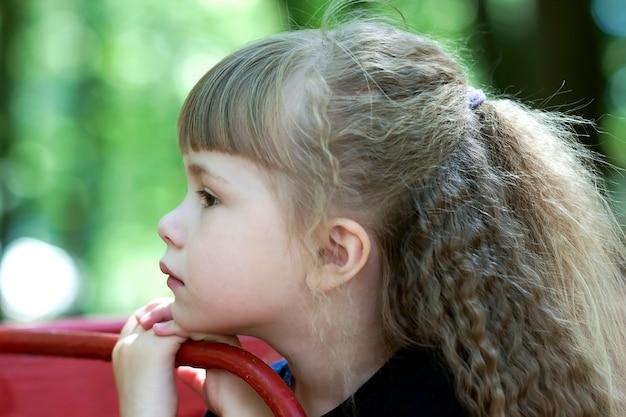 Retrato de menina com cabelo beautilul.