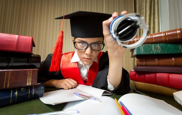 Retrato de menina com chapéu de formatura colocando carimbo no documento