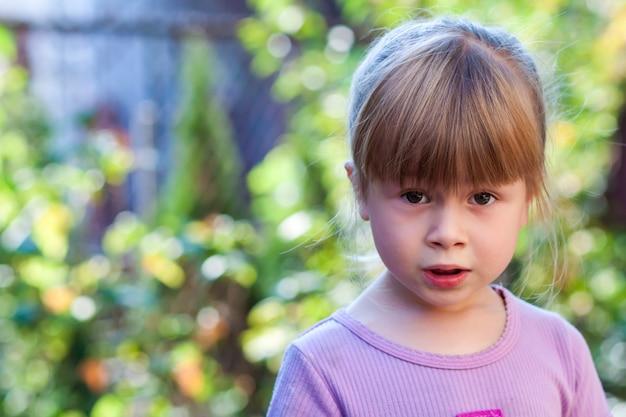 Retrato de menina com expressão de surpresa no rosto