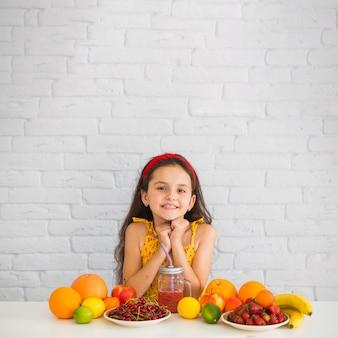 Retrato, de, menina, com, frutas, sobre, a, branca, escrivaninha