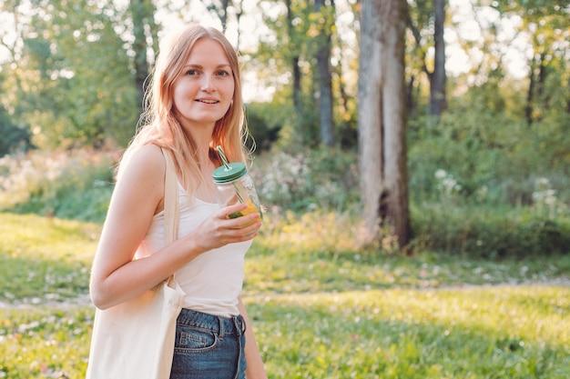 Retrato de menina com maçã vermelha e limonada