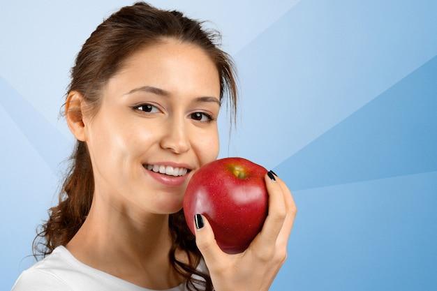 Retrato de menina com maçã vermelha isolado