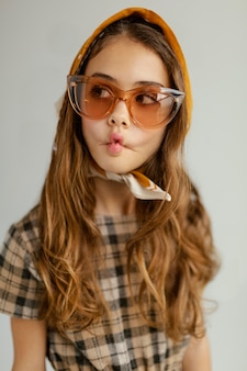 Retrato de menina com óculos de sol