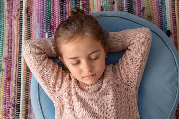 Retrato de menina com os olhos fechados