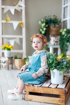 Retrato de menina com vestido colorido na primavera.