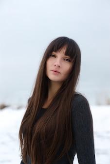 Retrato de menina congelando o inverno. retrato de close-up de inverno garota solitária.