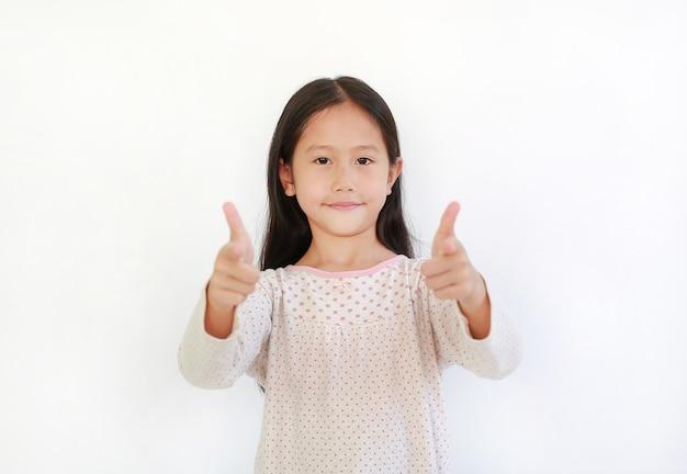 Retrato de menina criança asiática apontando para você e olhando a câmera