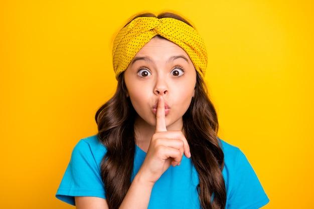 Retrato de menina criança fofa funky pergunte manter segredo lábios de dedos