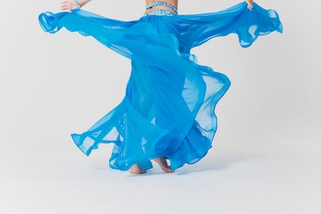 Retrato de menina dançarina do ventre em azul.
