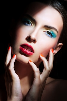 Retrato de menina de beleza com maquiagem colorida