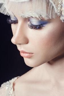 Retrato de menina de beleza de arte, cílios e maquiagem