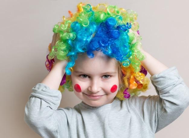 Retrato de menina de peruca colorida
