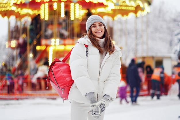 Retrato de menina deslumbrante, andando na cidade de férias