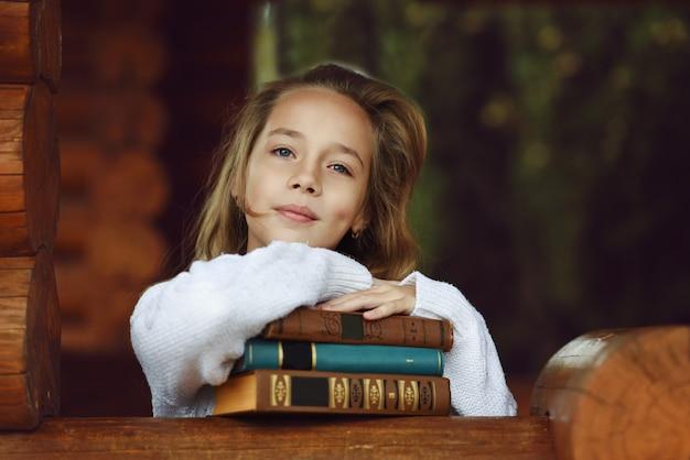Retrato de menina doce e bonita com livros