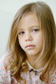 Retrato de menina doce e fofa