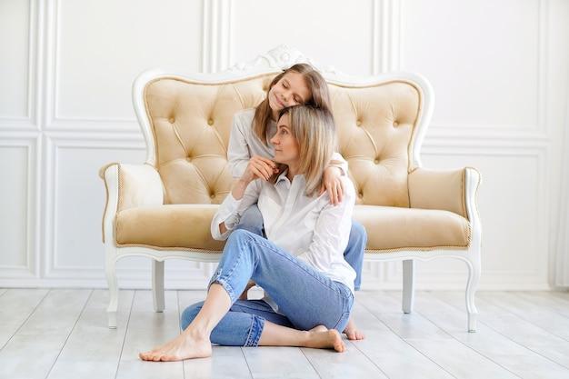 Retrato de menina e mãe amorosa