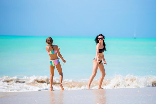 Retrato de menina e mãe nas férias de verão