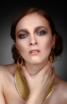 Retrato de menina elegante em jóias de ouro