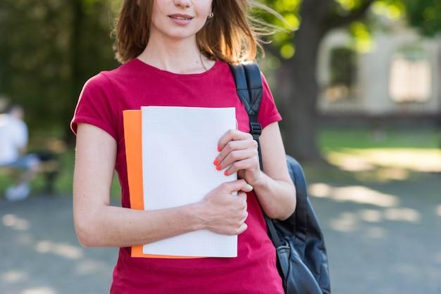 Retrato, de, menina escola, com, livros, parque