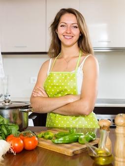 Retrato de menina feliz cozinhar na cozinha