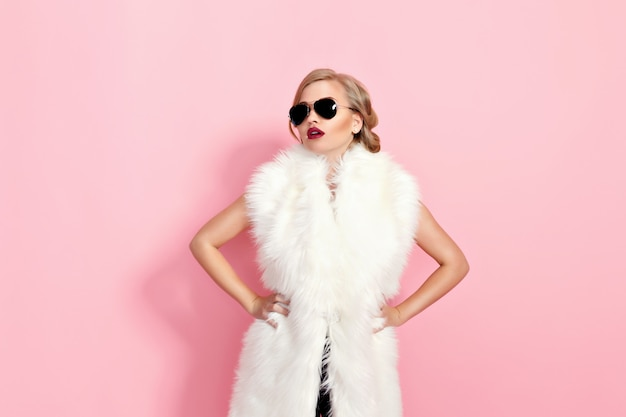 Retrato de menina glam em pele branca e óculos de sol em rosa.