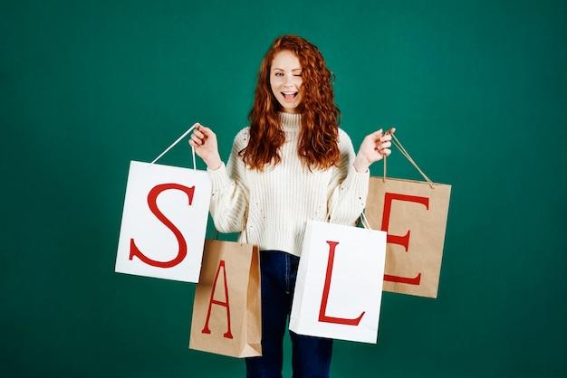 Retrato de menina gritando segurando sacolas de compras