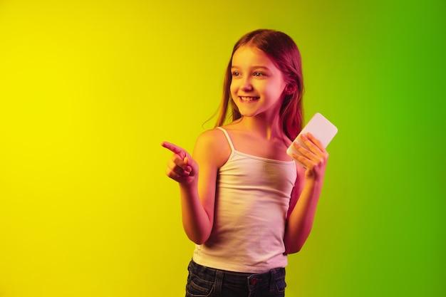 Retrato de menina isolado em parede de néon