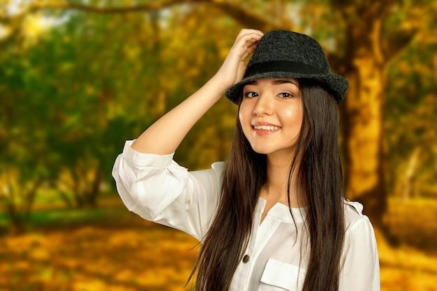 Retrato de menina jovem bonita no parque outono