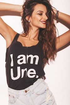 Retrato de menina jovem bonita sorridente hipster em shorts de jeans e t-shirt da moda verão preto. mulher despreocupada