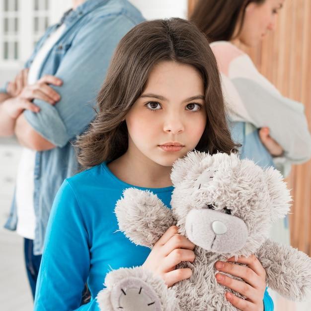 Retrato, de, menina jovem, segurando ursinho
