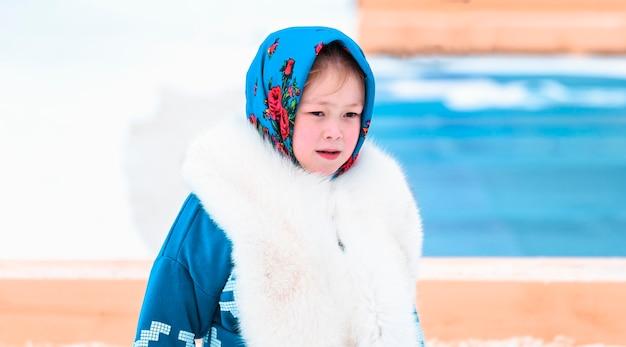 Retrato de menina khanty com lenço e casaco de pele. feriado do dia dos povos renas do norte.